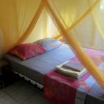 Voici la chambre 1 sur le plan. Vous disposerez d'une climatisation et d'une grande moustiquaire carrée.