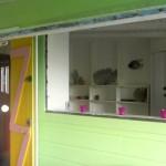 Elle accueille un lit simple et dispose d'une petite salle de bain attenante : WC, lavabo et douche.