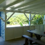 Cette terrasse est le lieu des bons repas et elle est ouverte sur le et toutes les autres parties de la maison. Elle offre une très belle vue mer .
