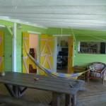 Ici vous pouvez apercevoir le salon sur la gauche de l'image, la bibliothèque en face et par la coursive de droite nous accéderons tout à l'heure à la cuisine.
