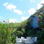Nous voici revenus à la visite de cette villa de conception créole, elle a été construite pour être ouverte sur son jardin tropical de 1400 m2,